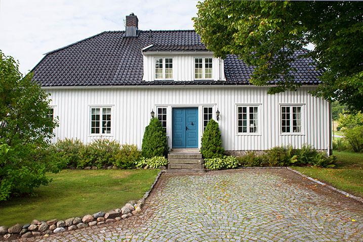 Huset er malt med Jotun 1624 Letthet. Døren er malt med Jotun 5047 Tunhovd.