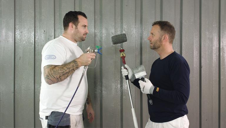 Roger Devlini Graco & Maling ogTerje Ringdal, faglig leder håndverk i Jotun har testet hva som er raskest av rull og pensel eller sprøytemaling
