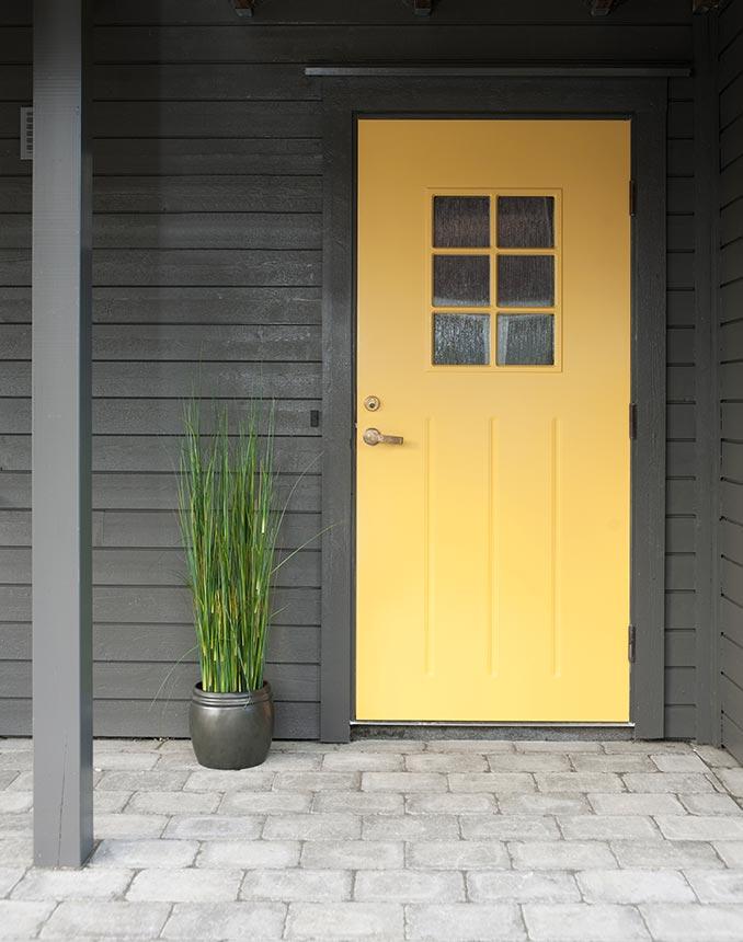 Velg en gul farge inngangsdøren