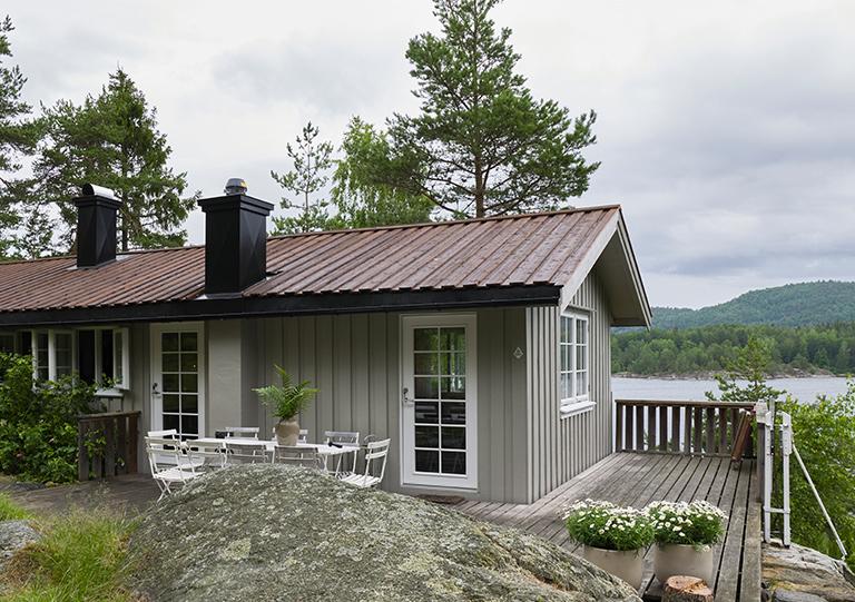 Ny farge på hytta i Kragerø