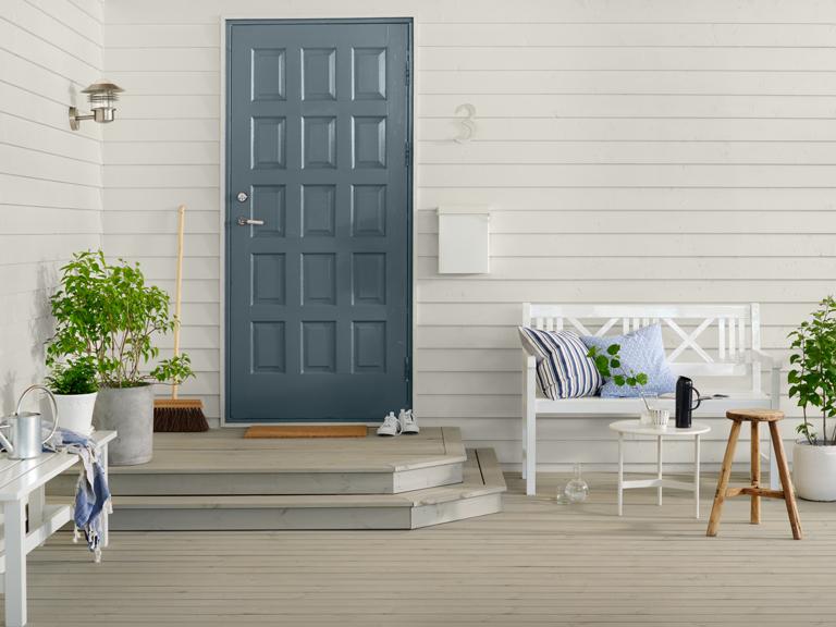 Dør Jotun 5445 Delicate Blue, vegg Jotun 1274 Dus, terrasse Trebitt 90029 Naturlig Sølvgrå
